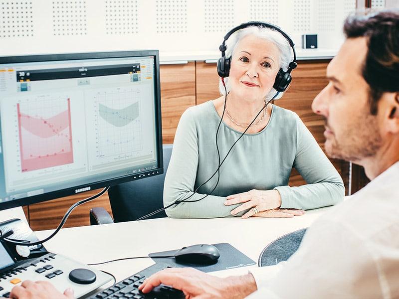 Ženska s slušalkami med slušnim testom