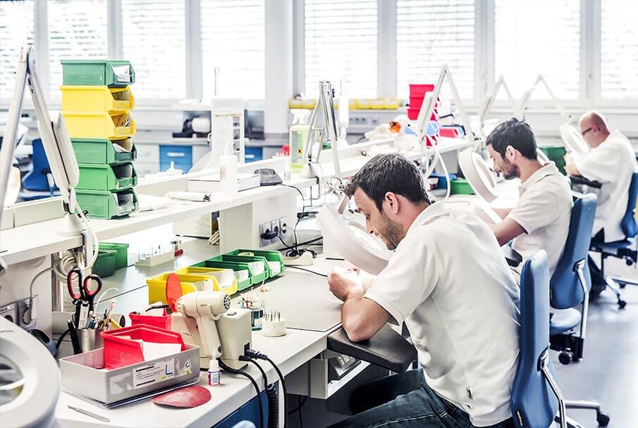 Hightech meets Handarbeit: In der Neuroth-Produktion werden Hörgeräte maßgefertigt