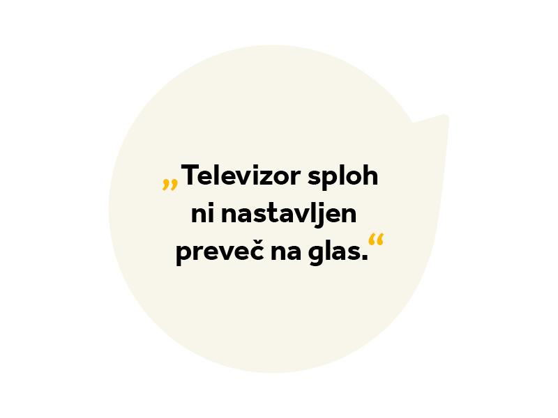 Besedilo v oblačku: Televizor sploh ni nastavljen preveč na glas.